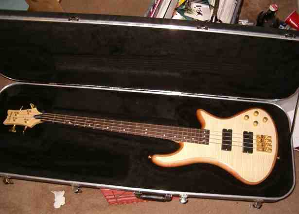 Picture of bass guitar - schecter diamond series W/ case