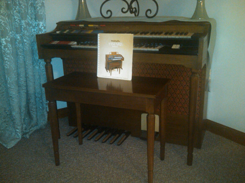 Picture of organ - Conn organ - mint